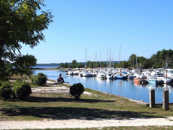 Lacanau ville le village et le centre administratif de for T2 sur bordeaux