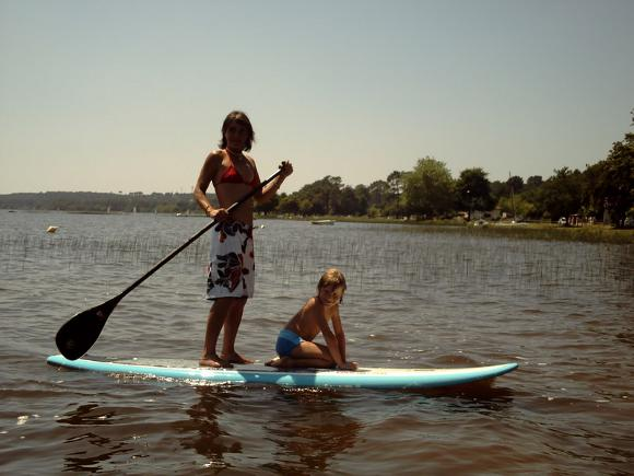 belle fille sur un stand up paddle sur le lac de lacanau