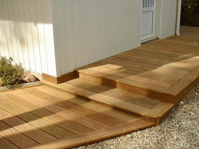 constructuion de terrasse en bois au restaurant le café maritime a