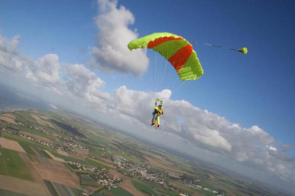Parachutisme saut en parachute en vend e 85 sables d - Saut en parachute bretagne pas cher ...