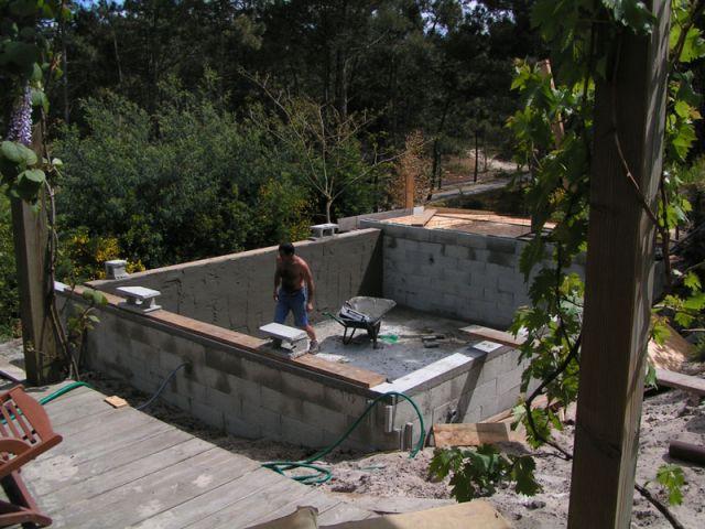 l 39 enduit des murs de la piscine d bordement. Black Bedroom Furniture Sets. Home Design Ideas