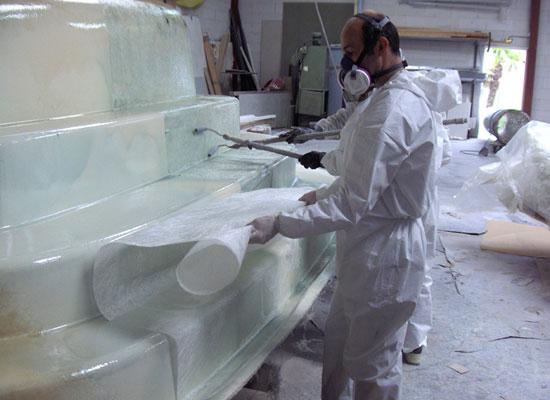 Piscine coque photos de la fabrication d 39 une piscine coque for Piscine en fibre de verre